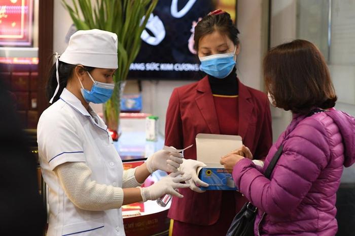 Khách hàng được tặng khẩu trang y tế
