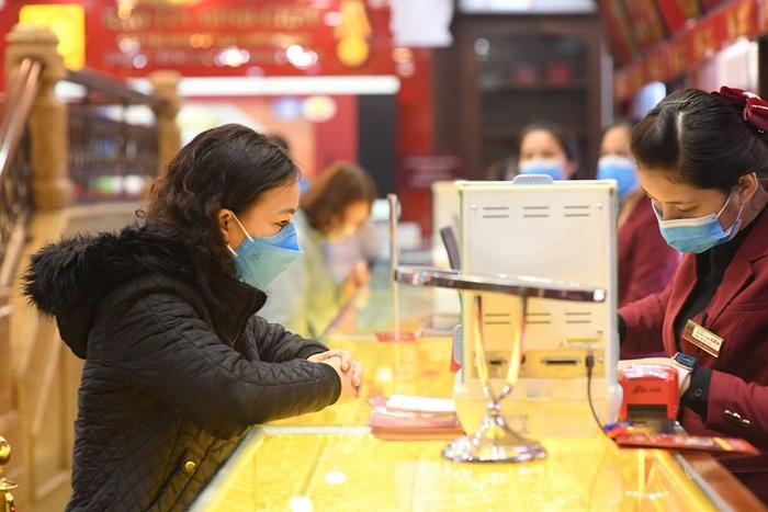 Ai cũng đeo khẩu trang kín mít để phòng ngừa sự lây lan của virus Corona (nCoV).
