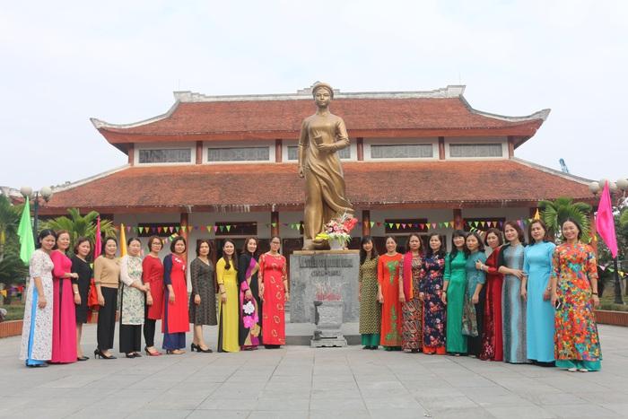 Hội LHPN Nghệ An dâng hoa tưởng niệm tại  Nhà lưu niệm đồng chí Nguyễn Thị Minh Khai  - Ảnh 4.