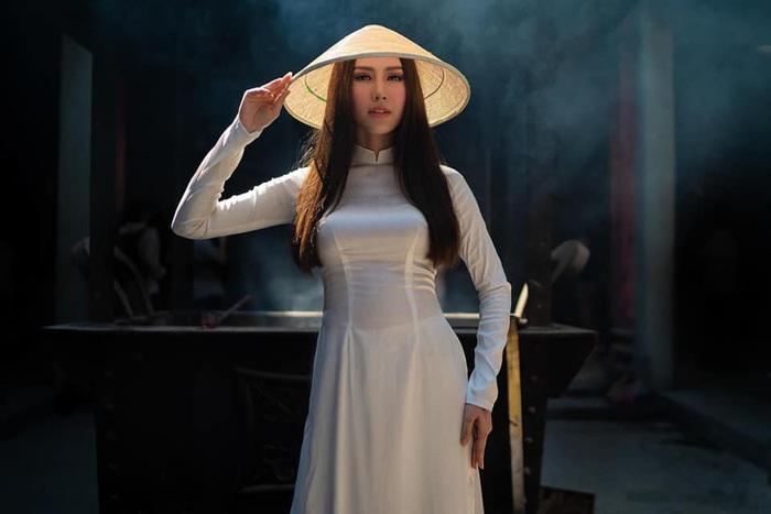 Hoa hậu Phan Thu Quyên tạo dáng cá tính cùng áo dài trắng - Ảnh 5.