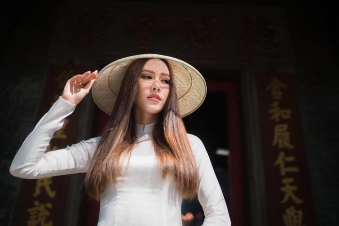 Hoa hậu Phan Thu Quyên tạo dáng cá tính cùng áo dài trắng - Ảnh 2.