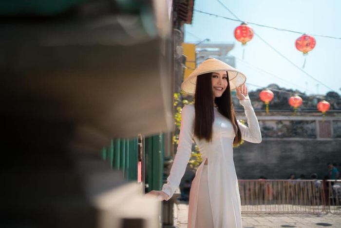 Hoa hậu Phan Thu Quyên tạo dáng cá tính cùng áo dài trắng - Ảnh 6.