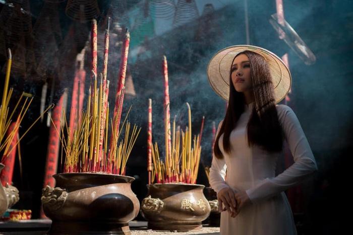 Hoa hậu Phan Thu Quyên tạo dáng cá tính cùng áo dài trắng - Ảnh 1.