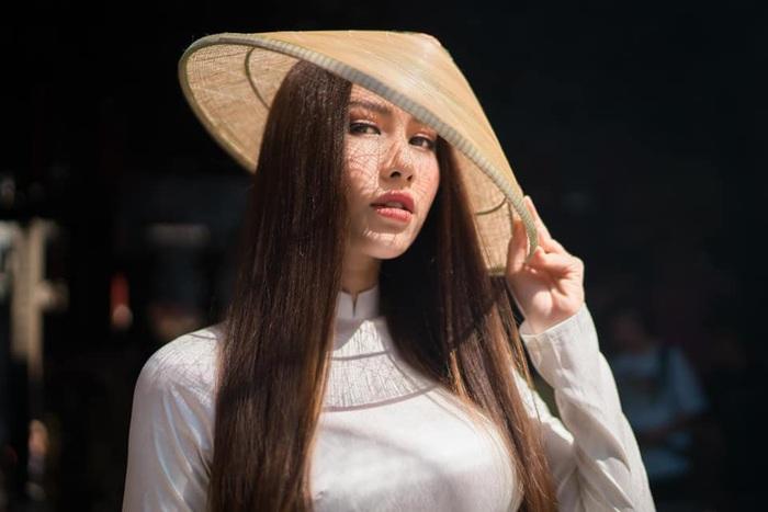 Hoa hậu Phan Thu Quyên tạo dáng cá tính cùng áo dài trắng - Ảnh 3.