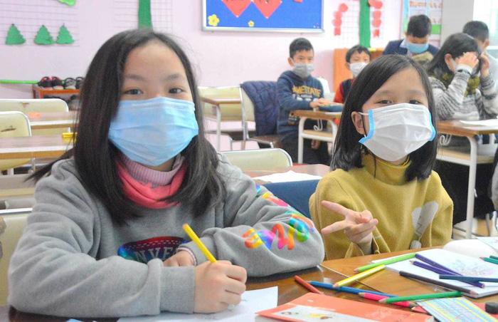 Bộ GD&ĐT yêu thực hiện nghiêm biện pháp phòng dịch khi học sinh trở lại trường - Ảnh 1.