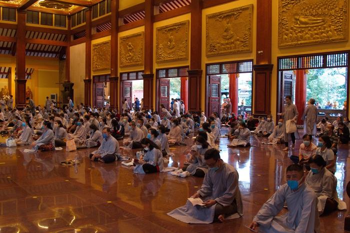 Toàn bộ  Phật tử đeo khẩu trang đọc kinh sám hối tại chùa Việt Nam Quốc tự. Như thường lệ thì phần lễ này rất đông, không khi nào còn chỗ