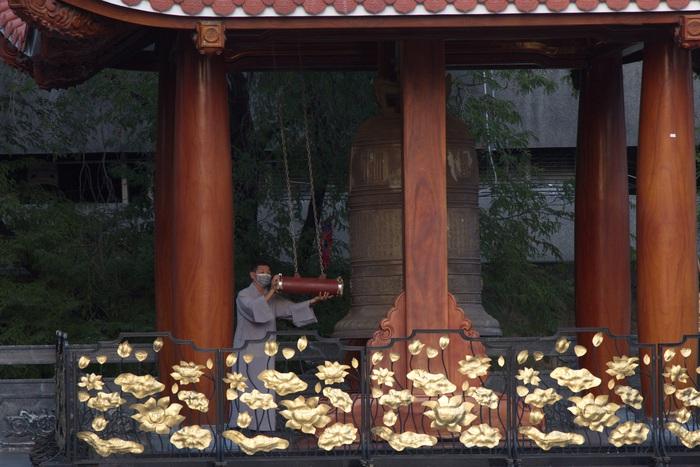 Tiếng chuông chùa trong chiều Rằm tháng Giêng vang lên trong khung cảnh vắng lặng