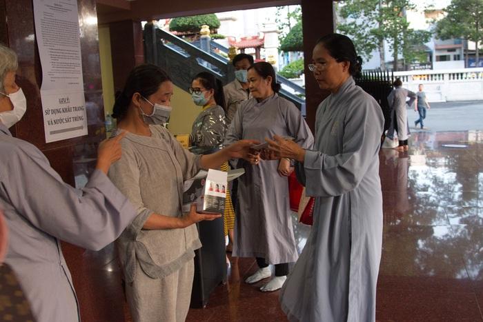 Tại chùa Việt Nam Quốc tự, các Phật tử đến chùa không có khẩu trang sẽ được yêu cầu mang khẩu trang và được phát khẩu trang miễn phí