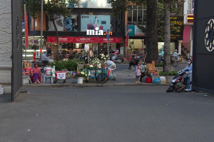 Phía trước chùa cũng vắng khách vãng lai mua hoa , nhan đèn viếng chùa trong ngày Rằm