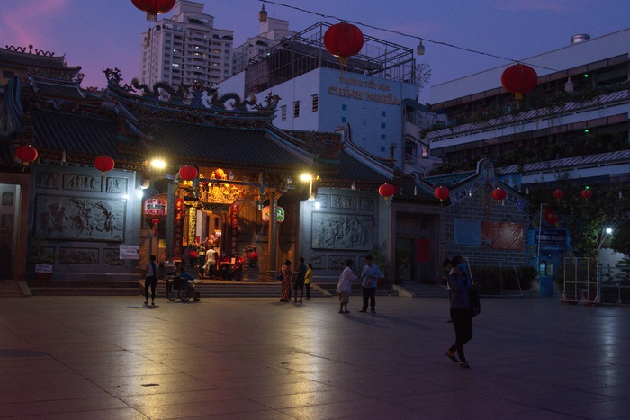 Khung cảnh khá yên ắng trước chùa Ông ở Q.5 TPHCM vào chiều tối vì năm nay không có hoạt động sinh hoạt văn nghệ truyền thống của người Hoa mừng lễ hội Nguyên Tiêu