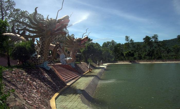 Một góc hồ nước khổng lồ trong Paragon Resort
