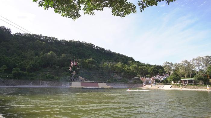 Trò đu dây khu vực hồ nước