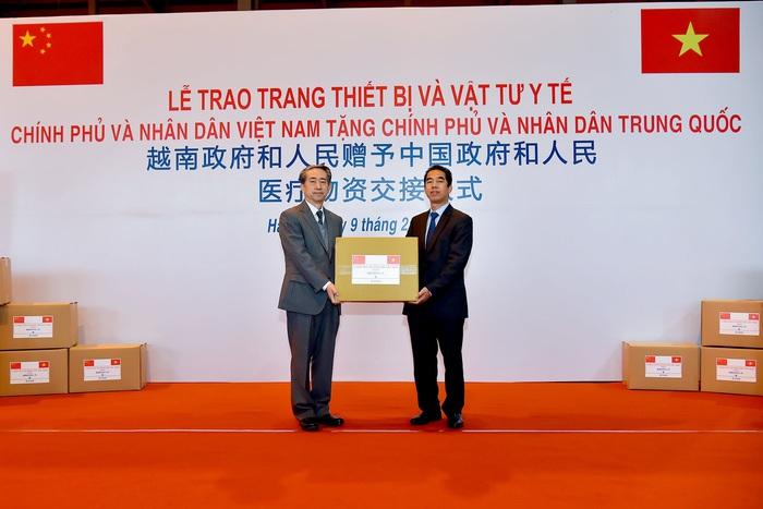 Thứ trưởng Bộ Ngoại giao Tô Anh Dũng đã trao cho Đại sứ Trung Quốc Hùng Ba số vật tư, trang thiết bị y tế