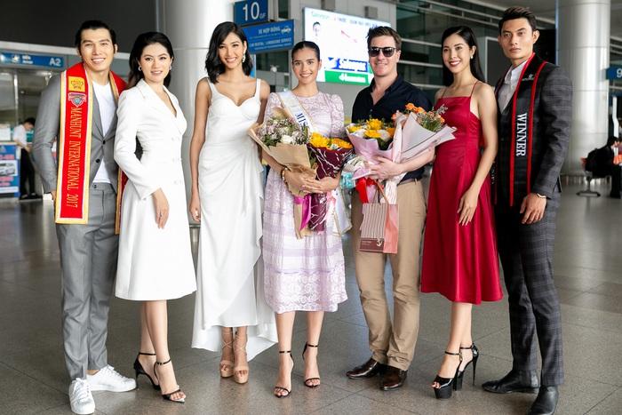 Hoa khôi Vũ Hương Giang tặng khẩu trang cho Hoa hậu Siêu quốc gia 2019 - Ảnh 2.