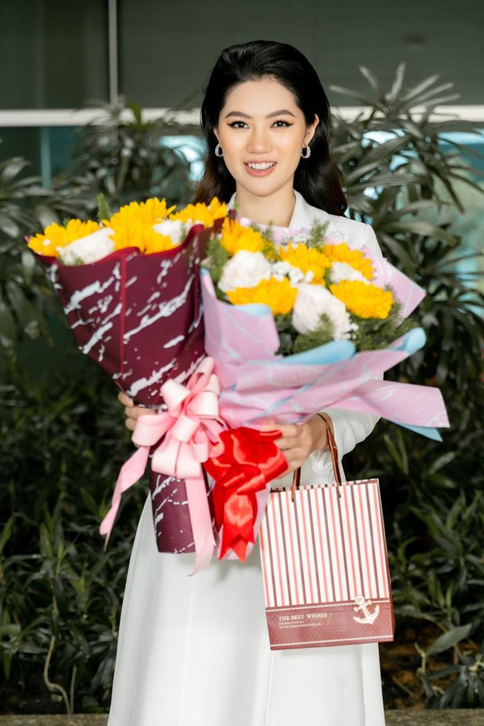 Hoa khôi Vũ Hương Giang tặng khẩu trang cho Hoa hậu Siêu quốc gia 2019 - Ảnh 9.