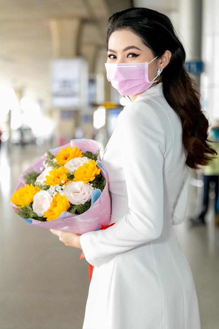 Hoa khôi Vũ Hương Giang tặng khẩu trang cho Hoa hậu Siêu quốc gia 2019 - Ảnh 4.