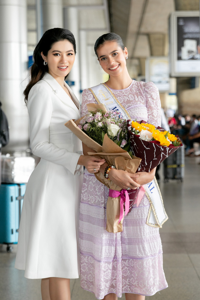 Hoa khôi Vũ Hương Giang tặng khẩu trang cho Hoa hậu Siêu quốc gia 2019 - Ảnh 1.