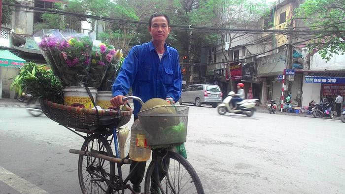 Những người đàn ông bán hoa rong trên phố Hà Nội - Ảnh 1.