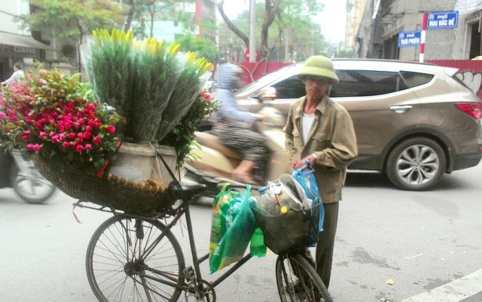 Những người đàn ông bán hoa rong trên phố Hà Nội - Ảnh 2.