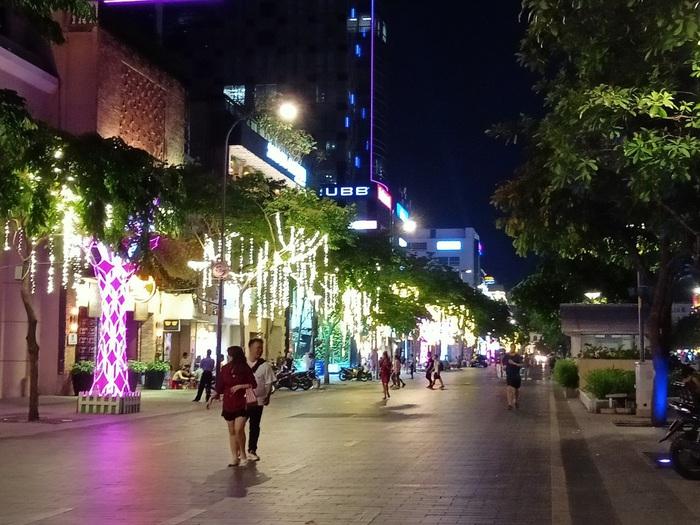 Phố đi bộ Nguyễn Huệ thưa thớt người trong mùa dịch Covid-19 - Ảnh 10.