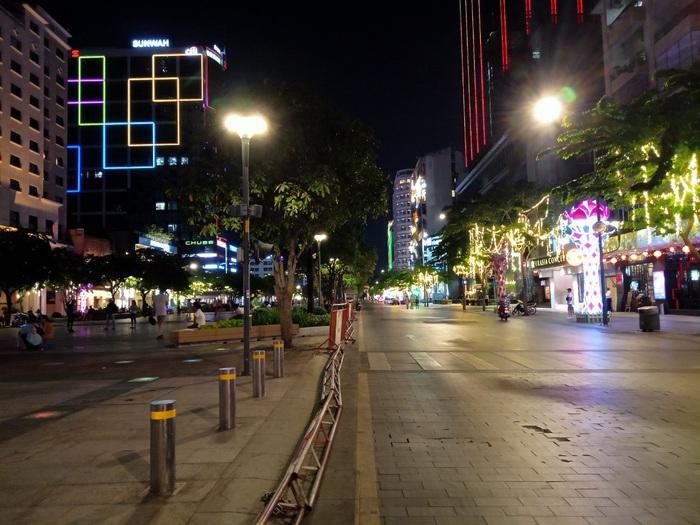 Phố đi bộ Nguyễn Huệ thưa thớt người trong mùa dịch Covid-19 - Ảnh 11.