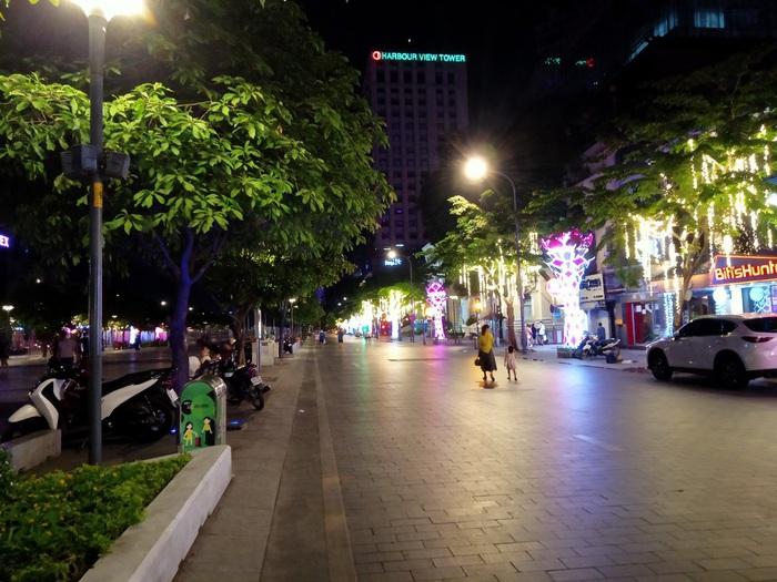 Phố đi bộ Nguyễn Huệ thưa thớt người trong mùa dịch Covid-19 - Ảnh 4.