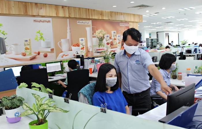Nhân viên Công ty Vinamilk thực hiện nghiêm túc việc đeo khẩu trang tại nơi làm việc, phòng ngừa dịch bệnh
