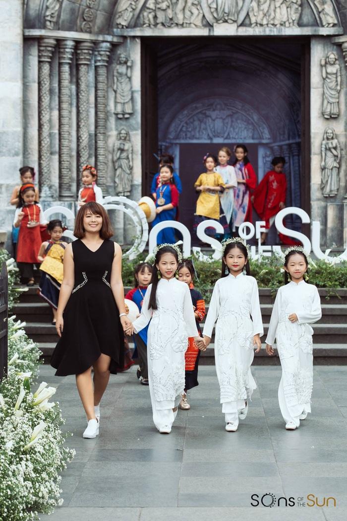 (anh Đăng) NTK Minh Phương: Chọn lối đi mới từ áo dài trẻ em - Ảnh 1.