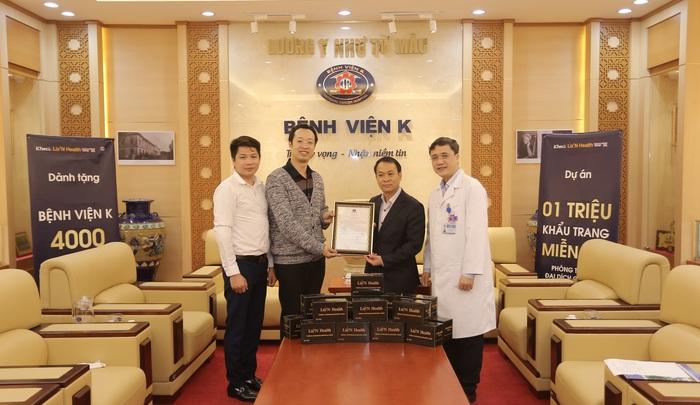 1- Thạc sĩ - Bác sĩ Lê Hồng Anh - Đại diện thương hiệu Liz'N Health trao tặng 4