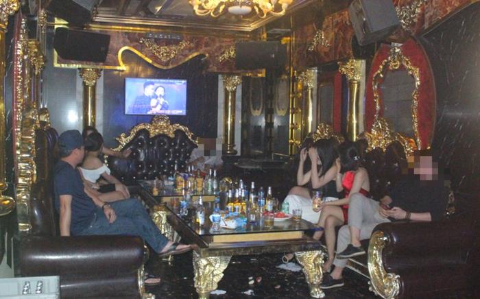 """Bất chấp lệnh cấm, quán karaoke vẫn điều 19 """"chân dài"""" lên tiếp khách - Ảnh 1."""
