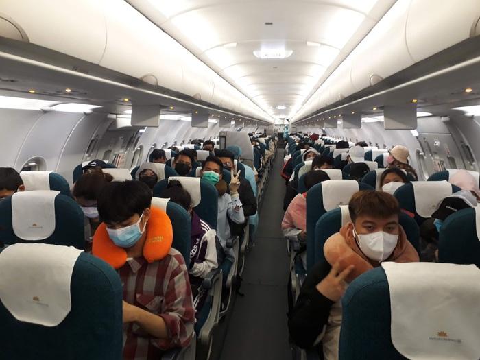 Gần 200 công dân Việt 'mắc kẹt' tại Philippines vì Covid-19 được đưa về nước - Ảnh 4.