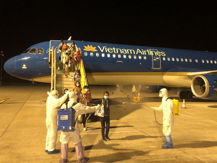 Gần 200 công dân Việt 'mắc kẹt' tại Philippines vì Covid-19 được đưa về nước - Ảnh 5.