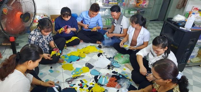 Hội LHPN tỉnh Bình Dương: Gần 10.000 chiếc khẩu trang nghĩa tình gửi đến người dân - Ảnh 3.