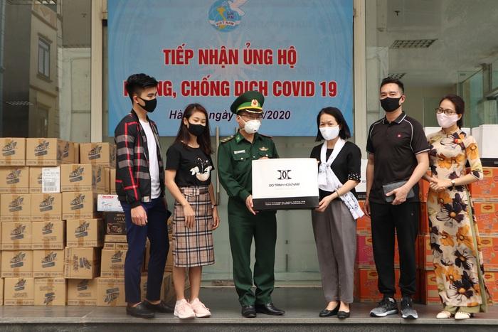 Phó Chủ tịch TƯ Hội LHPN Việt Nam Bùi Thị Hòa (thứ 3 từ phải sang) trao khẩu trang của Nhà