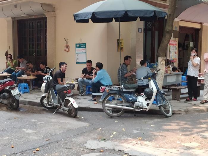 """Nhiều quán cafe ngang nhiên """"chống lệnh đóng cửa"""" của Chủ tịch Hà Nội - Ảnh 7."""