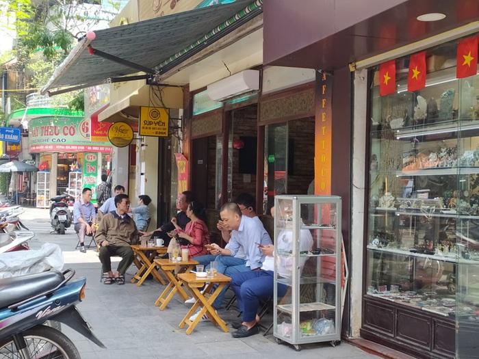 """Nhiều quán cafe ngang nhiên """"chống lệnh đóng cửa"""" của Chủ tịch Hà Nội - Ảnh 6."""