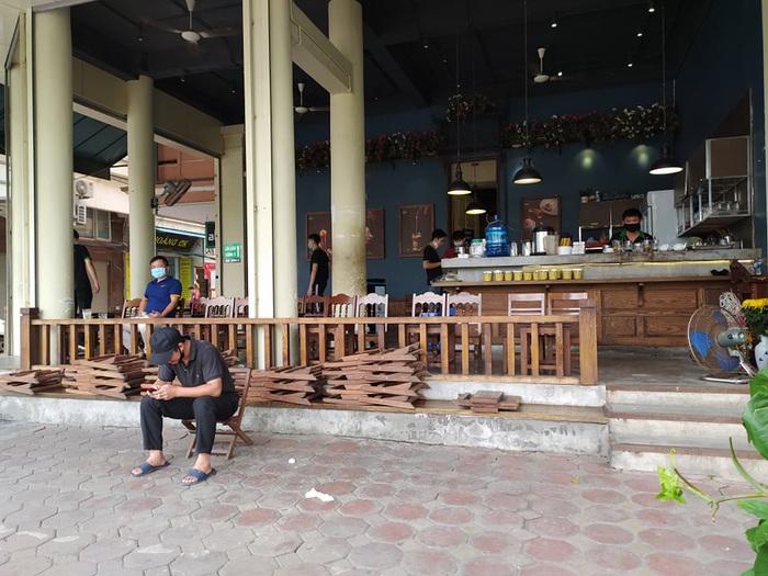 """Nhiều quán cafe ngang nhiên """"chống lệnh đóng cửa"""" của Chủ tịch Hà Nội - Ảnh 2."""
