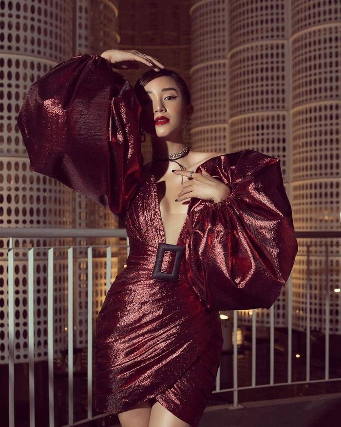 Váy đầm satin bóng bẩy hot nhất mùa này: khoe trọn đường cong bốc lửa của sao Việt - Ảnh 9.