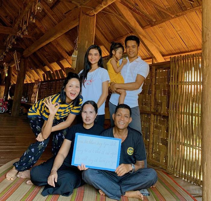Sao Việt kêu gọi người dân ở nhà để hạn chế dịch lây lan - Ảnh 2.