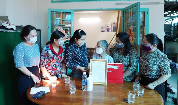 Mẹ Việt Nam anh hùng Ngô Thị Quýt cảm động khi nhận thư tri ân của Hội LHPN Việt Nam - Ảnh 1.