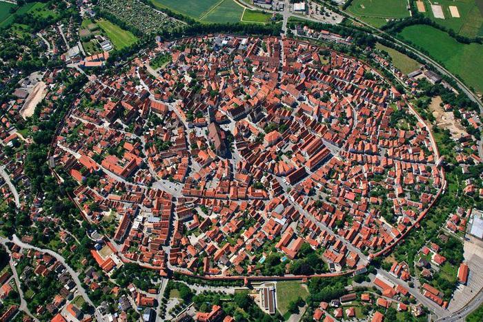 Thị trấn kỳ lạ nơi người dân sống trên 72.000 tấn kim cương - Ảnh 2.