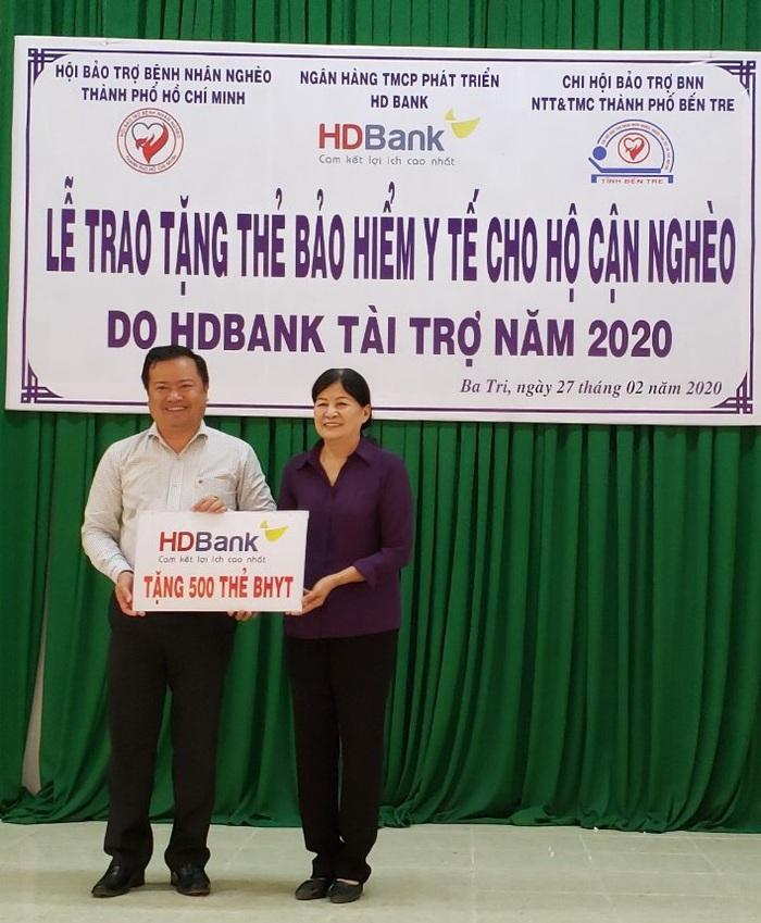 Hơn 25.000 thẻ BHYT do HDBank tài trợ chi phí đã trao tận tay nhiều hộ cận nghèo trên cả nước