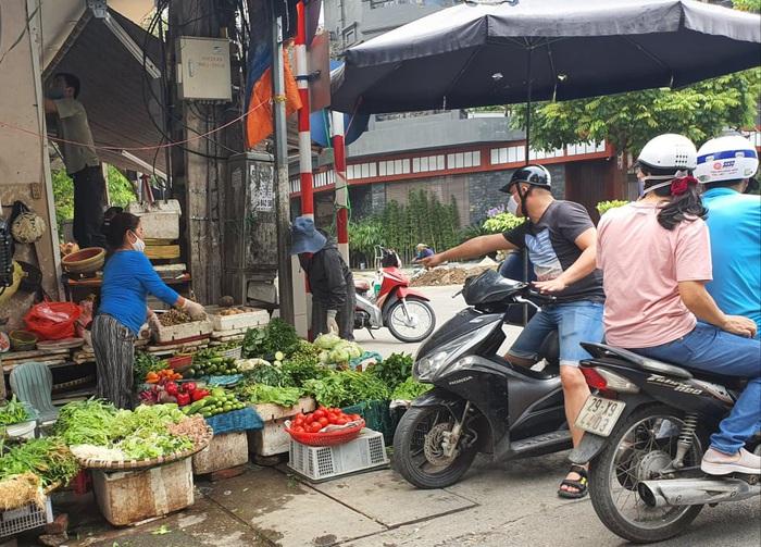 Người Hà Nội 'rút kinh nghiệm' mua hàng đủ dùng, không gom hàng, tích trữ  - Ảnh 2.