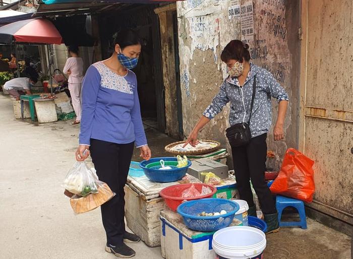 Người Hà Nội 'rút kinh nghiệm' mua hàng đủ dùng, không gom hàng, tích trữ  - Ảnh 5.
