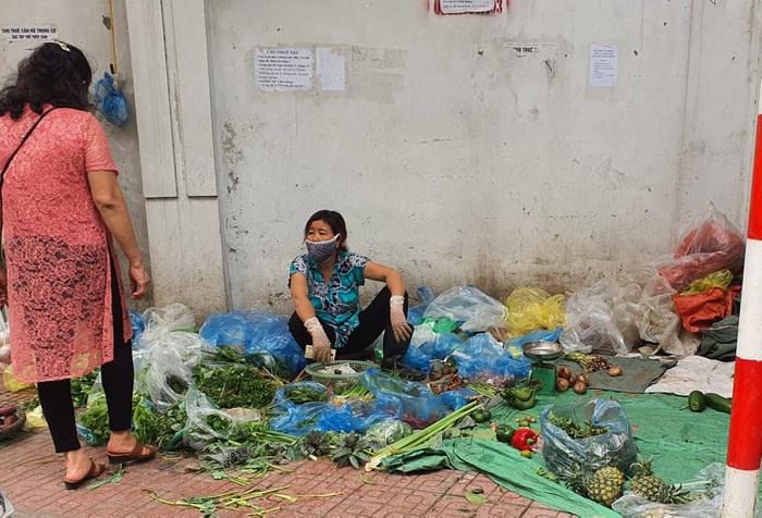 Người Hà Nội 'rút kinh nghiệm' mua hàng đủ dùng, không gom hàng, tích trữ  - Ảnh 3.
