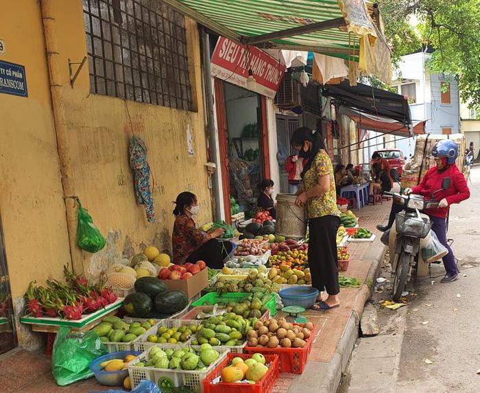 Người Hà Nội 'rút kinh nghiệm' mua hàng đủ dùng, không gom hàng, tích trữ  - Ảnh 1.