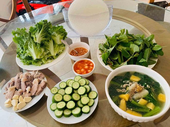 Mâm cơm nhà sao Việt mùa dịch Covid-19: Từ canh rau bình dân tới món Âu nhìn đã thấy thèm - Ảnh 2.