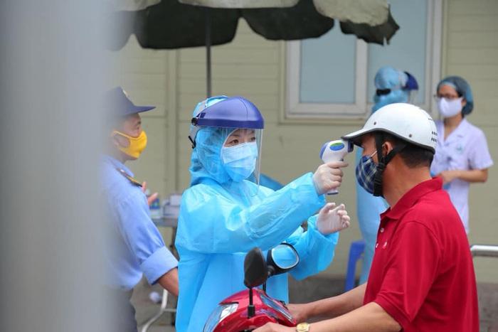 Nhân viên y tế kiểm tra thân nhiệt người đến BV
