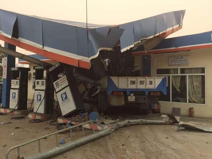 Lai Châu: Ô tô mất lái tông sập cây xăng, 5 người thương vong - Ảnh 2.