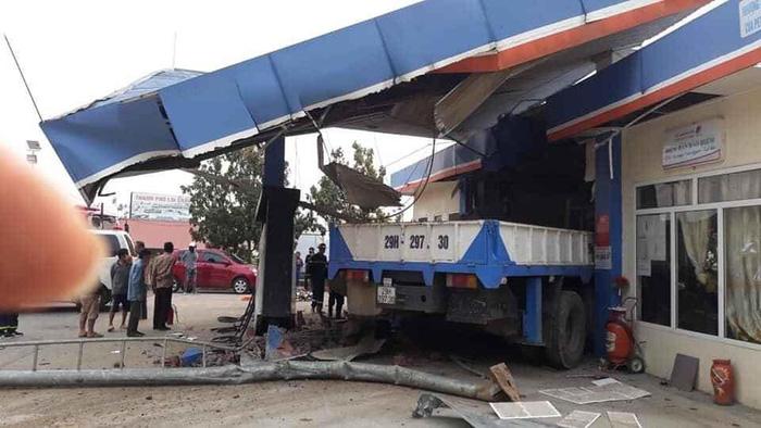 Lai Châu: Ô tô mất lái tông sập cây xăng, 5 người thương vong - Ảnh 1.